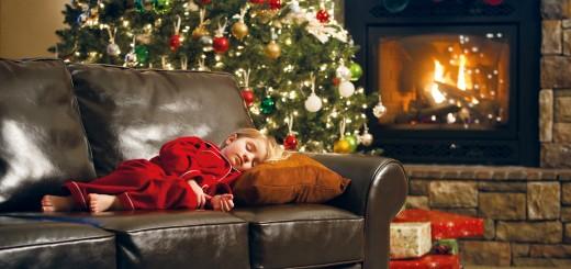 Weihnachsbaum Kind schläft auf Couch