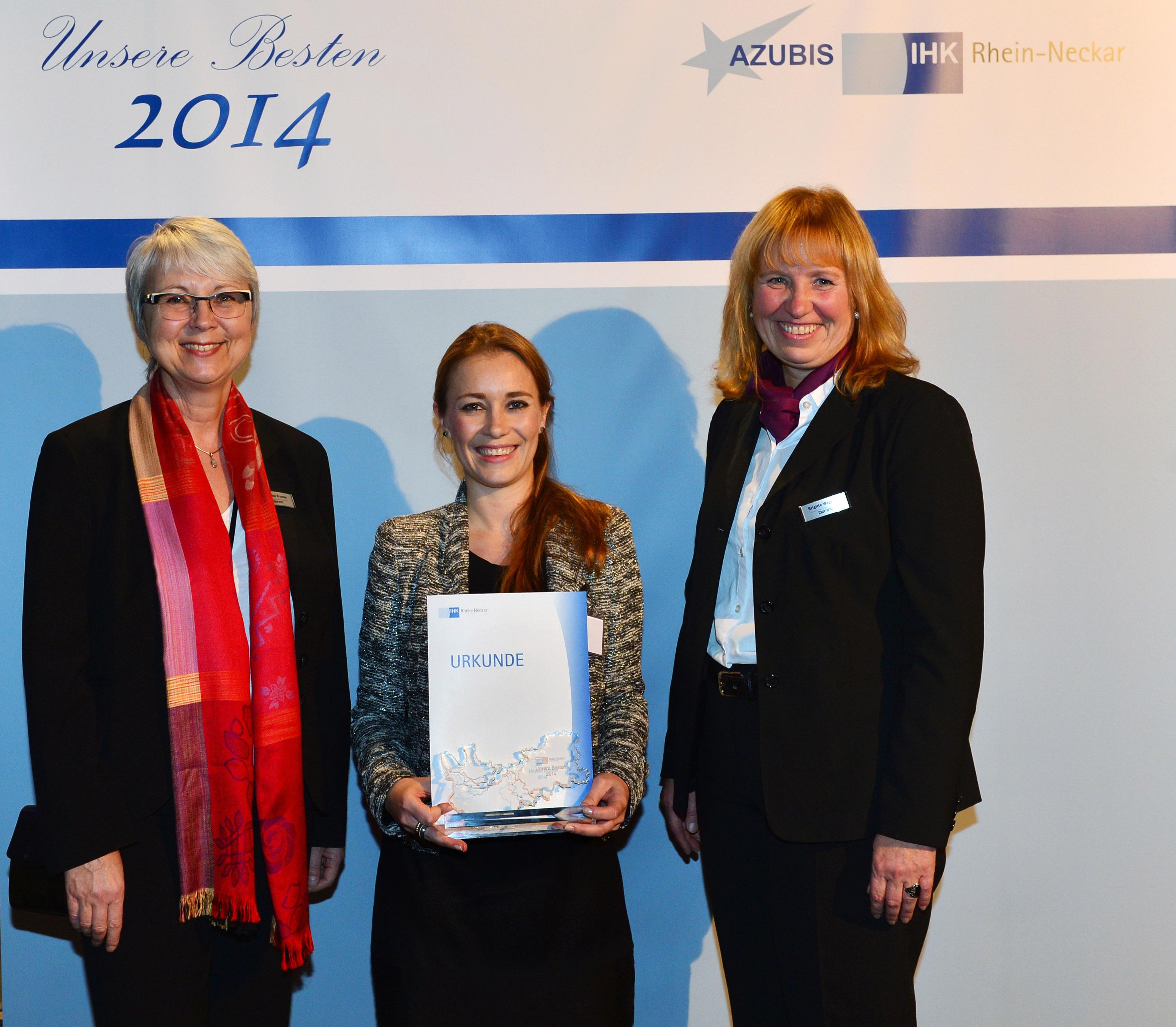 Gemeinsam mit der Prüfungsbesten im Ausbildungsberuf Hotelfach, Georgina Haas, (Mitte) freuten sich Dorint Direktionsassistentin Martina Brunner (links) und Personalleiterin Brigitte Wegener über die Auszeichnung der IHK Rhein-Neckar.