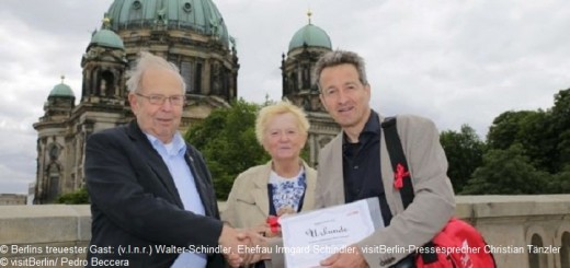 Berlins treuester Gast: (v.l.n.r.) Walter-Schindler, Ehefrau Irmgard Schindler, visitBerlin-Pressesprecher Christian Tänzler – © visitBerlin/ Pedro Beccera