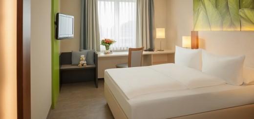 Hell und großzügig wirken die renovierten Zimmer im Dorint Hotel Köln Junkersdorf. Besonderer Clou sind die Kofferböcke, die in die Ablageflächen eingebaut wurden und sich auch als Sitzgelegenheit nutzen lassen.  Foto: Burwitz & Pocha – Dorint Hotels & Resorts/Abdruck  honorarfrei