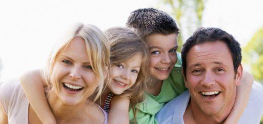 Eine glückliche Familie mit Kindern