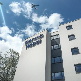 Flieger nach Hawaii über dem Dorint Airport-Hotel Stuttgart