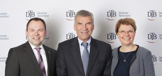 Hoteldirektor Carsten Dressler (links) und Petra Buschendorf, Verkaufsleiterin Verbände Dorint Hotels & Resorts, gratulieren Ulrich Klaus zur Wahl.